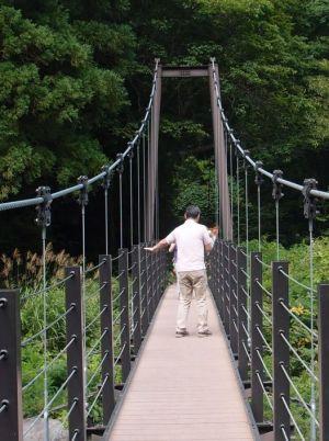 巨大吊り橋を行く店主の勇壮